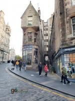 shops and closes on the Royal Mile